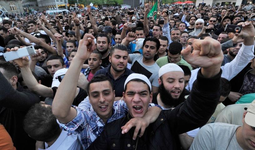 """Anhänger jubeln am Mittwoch (20.04.2011) in der Innenstadt von Frankfurt am Main dem umstrittenen Prediger Vogel zu. Der vielfach als islamistisch eingestufte salafistische Prediger hatte zu einer Demonstration unter dem Titel """"Islam - die missverstandene Religion !"""" aufgerufen. Aufgrund einer """"unklaren Gefährdungslage"""" und den angekündigten Gegendemonstrationen links- und rechtsextremer Gruppierungen war die Veranstaltung zunächst verboten worden. Foto: Boris Roessler dpa/lhe"""